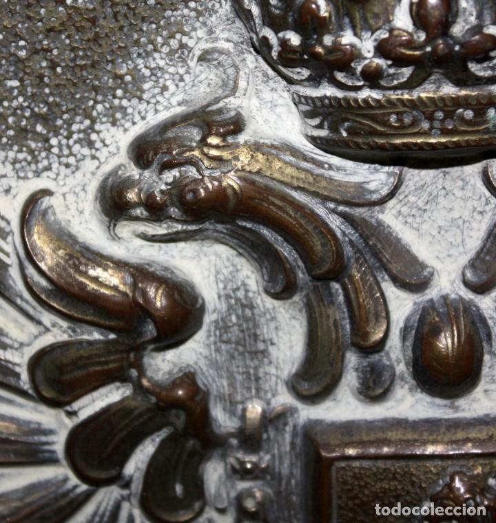 Antigüedades: DECORATIVO PLATO CON ESCUDO HERALDICO EN LATON REPUJADO. CIRCA 1900 - Foto 4 - 143708554