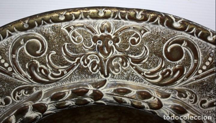 Antigüedades: DECORATIVO PLATO CON ESCUDO HERALDICO EN LATON REPUJADO. CIRCA 1900 - Foto 5 - 143708554