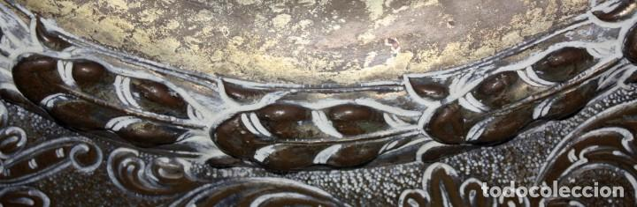 Antigüedades: DECORATIVO PLATO CON ESCUDO HERALDICO EN LATON REPUJADO. CIRCA 1900 - Foto 6 - 143708554