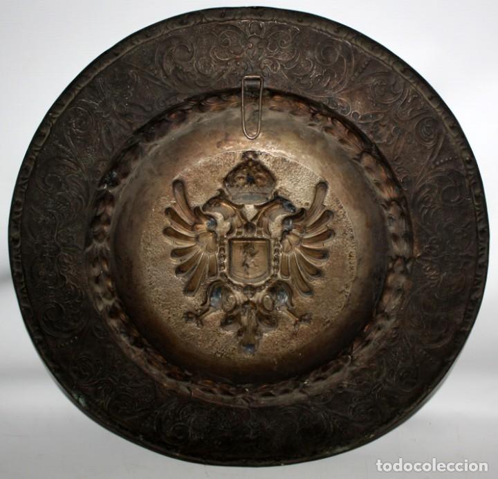 Antigüedades: DECORATIVO PLATO CON ESCUDO HERALDICO EN LATON REPUJADO. CIRCA 1900 - Foto 7 - 143708554