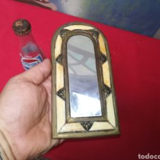 Antigüedades: PEQUEÑO ESPEJO DE HUESO Y LATÓN. Lote 143720809