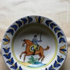 Antigüedades: PLATO CON MOTIVO EQUESTRE - FIRMADO: CHACON - 34 CM. DE DIAMETRO. Lote 143728526