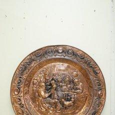 Antigüedades: PLATO ANTIGUO DE COBRE REPUJADO. Lote 143728874