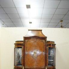 Antigüedades: ANTIGUO MUEBLE BAR CON VITRINA - MARQUETERÍA Y BRONCES. Lote 143731266