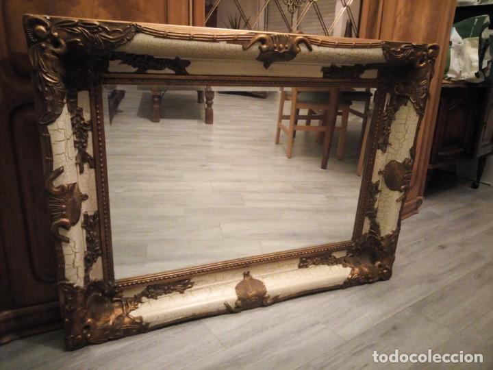 Antigüedades: espejo estilo barroco,marco de madera con pastas cobre y blanco roto quebrado.primera mitad siglo xx - Foto 3 - 143757210