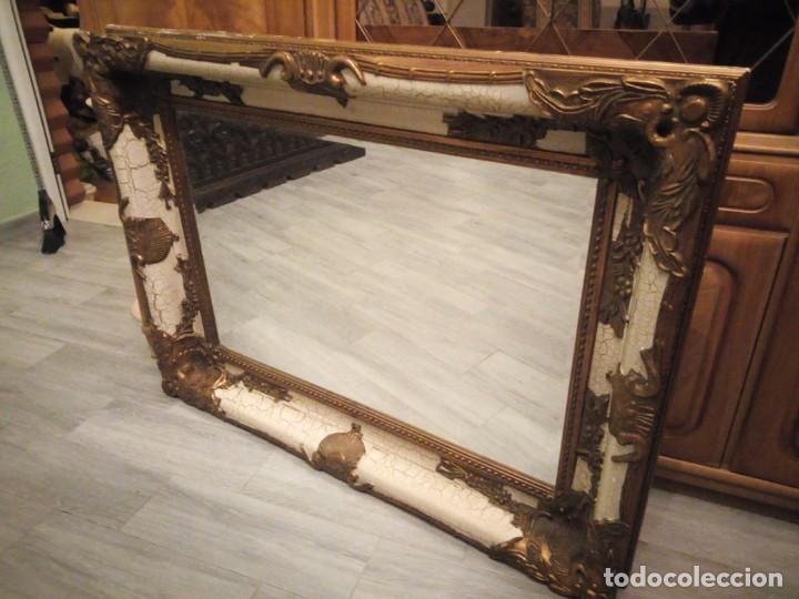 Antigüedades: espejo estilo barroco,marco de madera con pastas cobre y blanco roto quebrado.primera mitad siglo xx - Foto 4 - 143757210