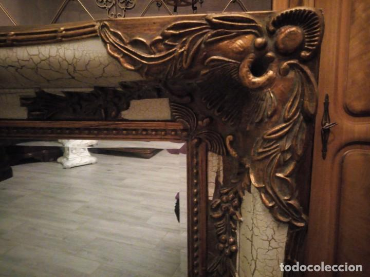 Antigüedades: espejo estilo barroco,marco de madera con pastas cobre y blanco roto quebrado.primera mitad siglo xx - Foto 5 - 143757210