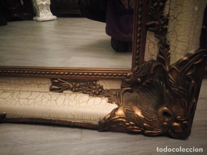 Antigüedades: espejo estilo barroco,marco de madera con pastas cobre y blanco roto quebrado.primera mitad siglo xx - Foto 6 - 143757210