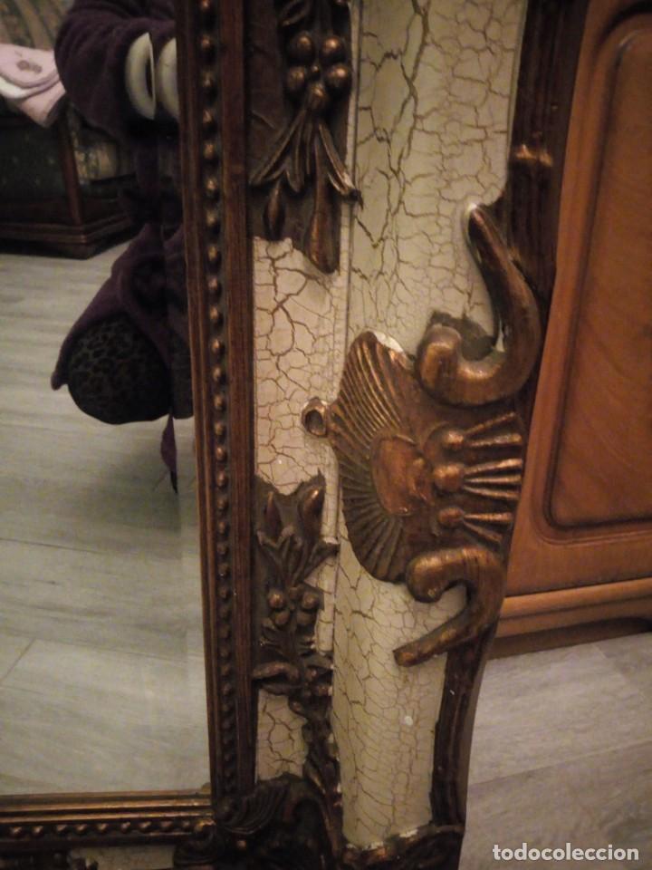 Antigüedades: espejo estilo barroco,marco de madera con pastas cobre y blanco roto quebrado.primera mitad siglo xx - Foto 7 - 143757210