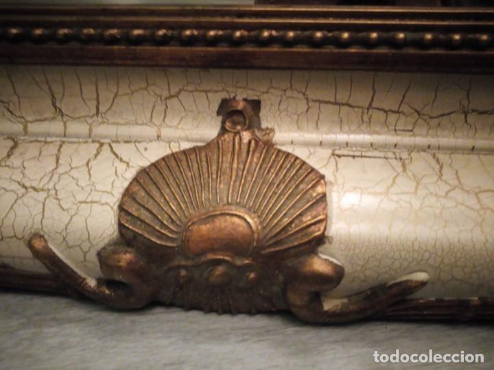 Antigüedades: espejo estilo barroco,marco de madera con pastas cobre y blanco roto quebrado.primera mitad siglo xx - Foto 8 - 143757210
