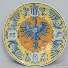 Antigüedades: MAGNIFICO PLATO DE CERAMICA. CON CUARTELES DE ESPAÑA. TRIANA. SEVILLA. SIGLO XIX. GRANDE. 45CM . Lote 143774338