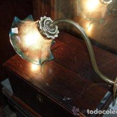 Antigüedades: PRECIOSO APLIQUE DE UNA LUZ , BRONCE CON TULIPA CRISTAL AZULADO. Lote 143831050
