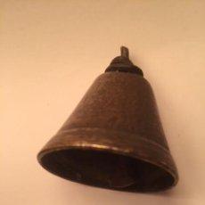 Antigüedades: MUY ANTIGUA PEQUEÑA CAMPANA BRONCE SIGLO XIX, TIENE BUEN SONIDO. Lote 143863814