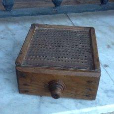 Antigüedades: RALLADOR RÚSTICO DE MADERA CON CAJÓN PIEZA ÚNICA. Lote 143888485