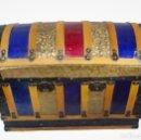 Antigüedades: ANTIGUO BAÚL, DE CHAPA Y MADERA.AZUL Y GRANATE, PIEZA ESPECIAL. 96X66X50. Lote 141586554