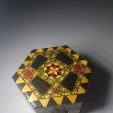 Antigüedades: ANTIGUA CAJA JOYERO TARACEADA A MANO 8CM X 5CM ALTO. Lote 143916889