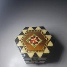 Antigüedades: ANTIGUA CAJITA JOYERO TARACEADO A MANO 6.5CM X 4CM ALTO. Lote 143917108