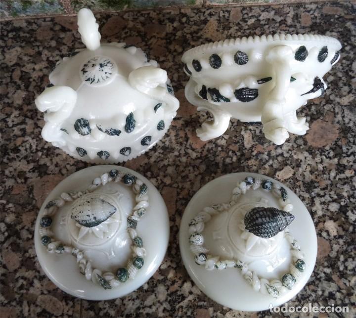 Antigüedades: 2 BOMBONERA OPALINA BLANCA DECORADAS CON CARACOLAS LAS PATAS SON DRAGONES Cristal soplado y prensado - Foto 2 - 53753851