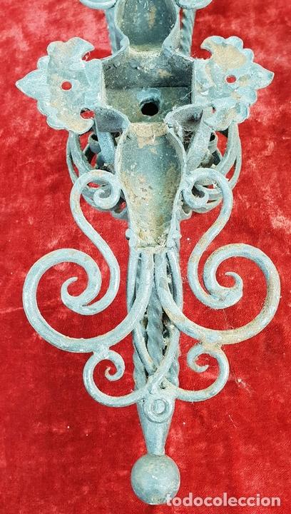 Antigüedades: PAREJA DE APLIQUES. FORMA DE ANTORCHA. HIERRO FORJADO. SIGLO XIX-XX. - Foto 14 - 143979202