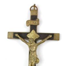 Antigüedades: CRISTO DE LATÓN EN CRUZ DE MADERA, SIGLO XIX. 24X11CM. Lote 143981850