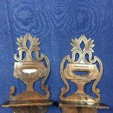 Antigüedades: PAREJA MENSULAS MADERA Y ESPEJO TALLADAS CALADAS REPISAS ESTANTES PARA FIGURAS 35X17CMS. Lote 143993914
