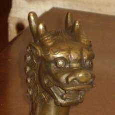 Antigüedades: MANGO PARA BASTON DE BRONCE O LATON,PERRO FOO,DRAGON,LEON ORIENTAL.. Lote 143993942