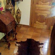 Antigüedades: ALFOMBRA DE PIEL DE TERNERO - PELO LARGO MUY TUPIDO - VINTAGE. Lote 143996470