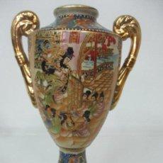 Antigüedades: BONITO JARRÓN CHINO - PORCELANA CHINA, CLOISONNE - MOTIVOS ORIENTALES - SELLO EN LA BASE - 26 ALTURA. Lote 144007258