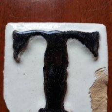 Antigüedades: AZULEJO CERAMICA LETRA T EN RELIEVE- SIGLO XIX. Lote 144016126
