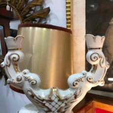 Antigüedades: PRECIOSO CANDELABRO DE PORCELANA CON DOS BRAZOS - MEDIDA 22X21 CM. Lote 144037102