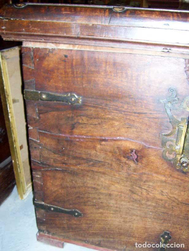 Antigüedades: Arcón muy grande en nogal con 3 cerraduras y hierros forjados - Foto 4 - 144043970