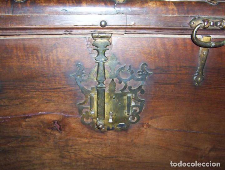 Antigüedades: Arcón muy grande en nogal con 3 cerraduras y hierros forjados - Foto 9 - 144043970