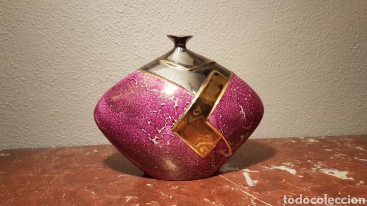 JARRÓN DE PORCELANA GALOS DECORADO EN ORO PLATINO DE LEY (Antigüedades - Porcelanas y Cerámicas - Otras)