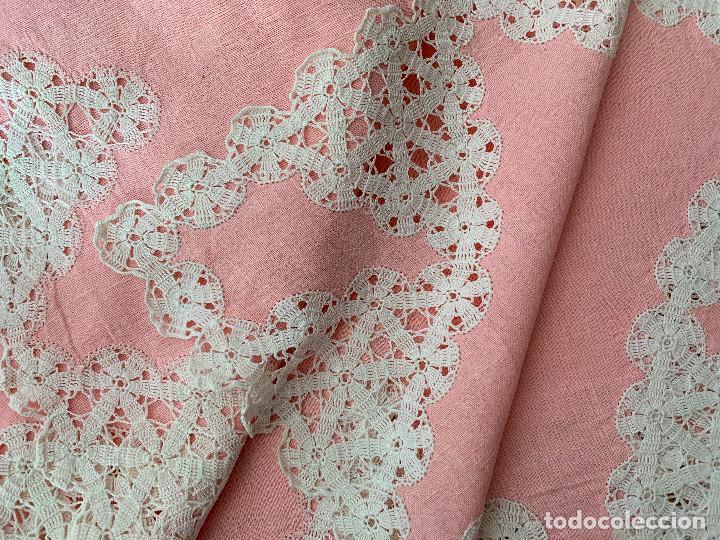 Antigüedades: Antigua Manteleria lino y encaje. Color rosa. 8 servicios. - Foto 8 - 144089290