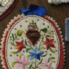Antiquités: DETENTE DEL CORAZON DE JESUS BORDADO CON TERCIOPELO, HILO DE SEDA Y PEQUEÑAS LENTEJUELAS.RESERVADO. Lote 144151142