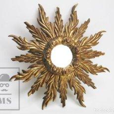 Antigüedades: ANTIGUO ESPEJO DE MADERA TALLADA, ESTUCADA Y DORADA - FORMA DE SOL / CIRCULAR - DIÁMETRO 40,5 CM. Lote 144190014