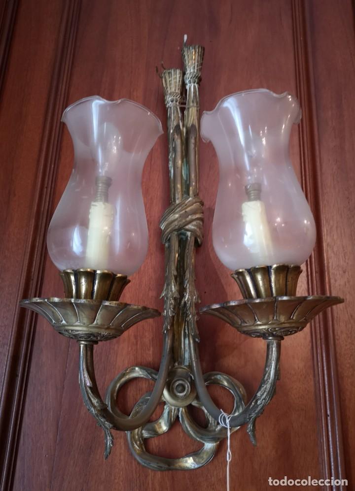 APLIQUES PAREJA BRONCE CON TULIPAS MED 65 CTM (Antigüedades - Iluminación - Apliques Antiguos)