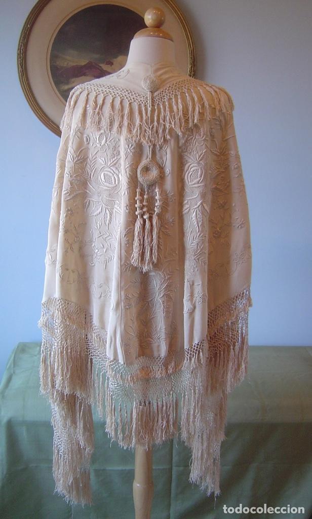 CAPA O SALIDA DE TEATRO ANTIGUA ISABELINA EN SEDA BORDADA A MANO (Antiques - Fashion - Old Manila Shawls)