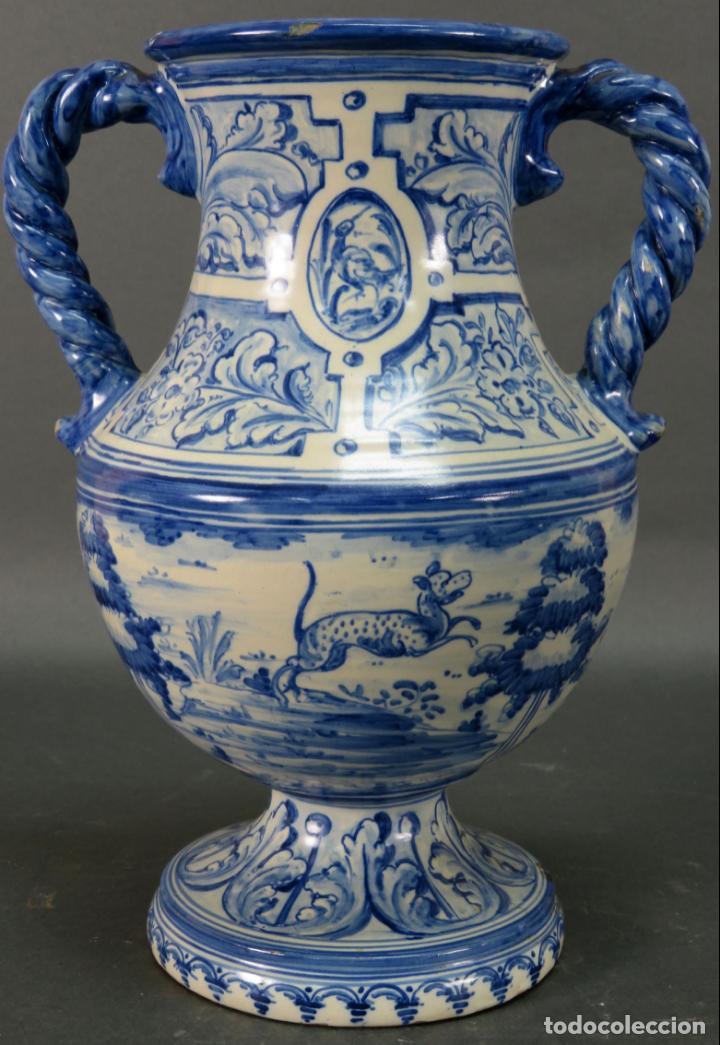 JARRÓN ASAS TORNEADAS EN CERÁMICA VIDRIADA TALAVERA RUIZ DE LUNA DECORACIÓN AZUL ANIMALES (Antigüedades - Porcelanas y Cerámicas - Talavera)