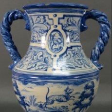 Antigüedades: JARRÓN ASAS TORNEADAS EN CERÁMICA VIDRIADA TALAVERA RUIZ DE LUNA DECORACIÓN AZUL ANIMALES. Lote 144241874
