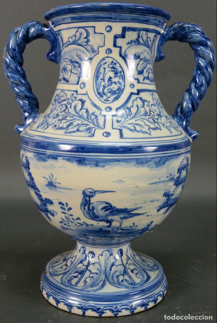 Antigüedades: Jarrón asas torneadas en cerámica vidriada Talavera Ruiz de Luna decoración azul animales - Foto 3 - 144241874
