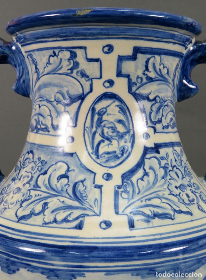 Antigüedades: Jarrón asas torneadas en cerámica vidriada Talavera Ruiz de Luna decoración azul animales - Foto 5 - 144241874