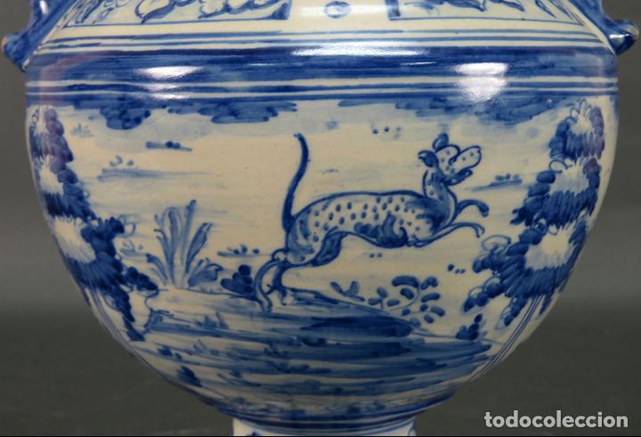 Antigüedades: Jarrón asas torneadas en cerámica vidriada Talavera Ruiz de Luna decoración azul animales - Foto 6 - 144241874