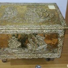 Antigüedades: CAJA ZAPATERA DORADA DE METAL. Lote 144244205