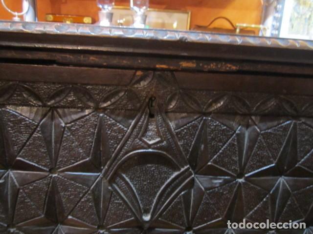 Antigüedades: Papelera Bargueño de madera partes de nogal talla norte de España con pié - buen estado - Foto 8 - 144264418