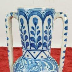 Antigüedades: JARRÓN DE CERÁMICA ESMALTADA. PINTADA A MANO. TALAVERA. SIGLO XX. . Lote 144311626