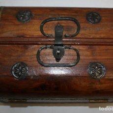 Antigüedades: BONITO BAUL DE CEDRO Ó SIMILAR CON LATÓN Y CHAPA.. Lote 144368750
