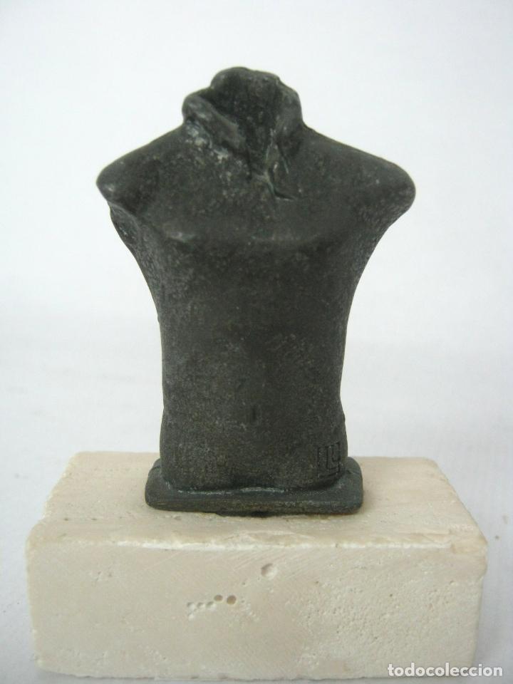 ESCULTURA EN BRONCE SOBRE PIEDRA FIRMADA MARCA - TORSO MASCULINO (Antigüedades - Hogar y Decoración - Otros)