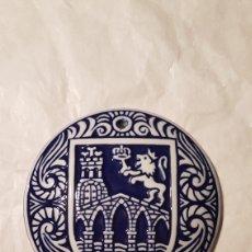 Antigüedades: PLACA MEDALLA ESCUDO DE OURENSE DE PORCELANA SARGADELOS. Lote 144403448