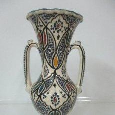 Antigüedades: DECORATIVO JARRÓN - FLORERO - CERÁMICA ESMALTADA - PINTADO A MANO - 40 CM ALTURA - PRINCIPIOS S. XX. Lote 144424242